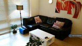 1 bedroom flat in Cassillis Road, London, E14 (1 bed) (#1135362)