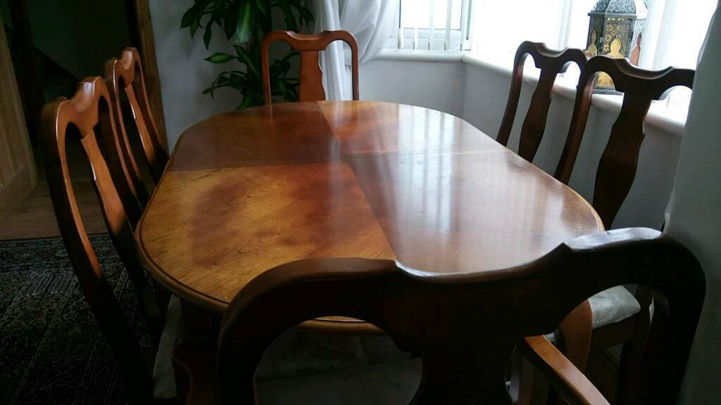 Extending Dining room table 4 chairs +2 carvers