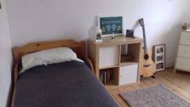 Must View! Spacious, 2 Bedroom, Corner Flat in WEST END. Part or Non Furnished. £850 pcm.