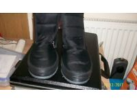 PAIR OF GENTS FUR LINED WALKING BOOTS SIZE 9