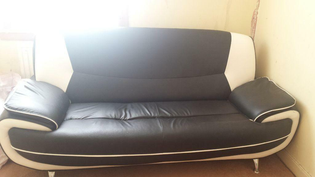 black and white leather sofa in Barrhead Glasgow Gumtree : 86 from www.gumtree.com size 1024 x 576 jpeg 41kB
