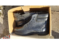 Size 9 Totectors Black boots new never used