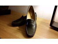 BRAND NEW SIZE 6 *VAN DAL* PEWTER PATENT LEATHER LOAFERS