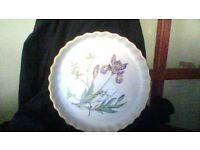Spode oven to tableware dish white with floral pattern in the centre of dish, with gold edge