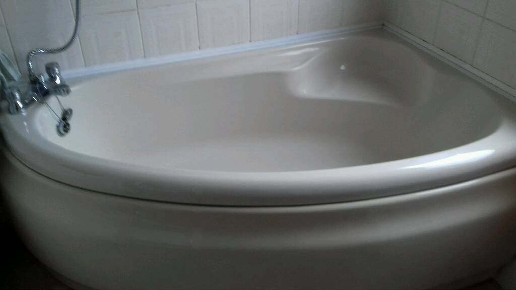 Curved corner bath with seat . Cream | in Crossgates, West Yorkshire ...