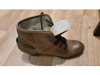 Ladies leather fur lined lace-up boots, size 6, tan.
