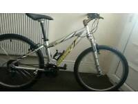 • GIANT MOUNTAIN BIKE • (suitable 5ft - 5ft 3/4) •