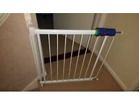 Safety Baby gate, twist and lift mechanism - very safe