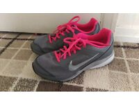 Size 4 nike running trainers