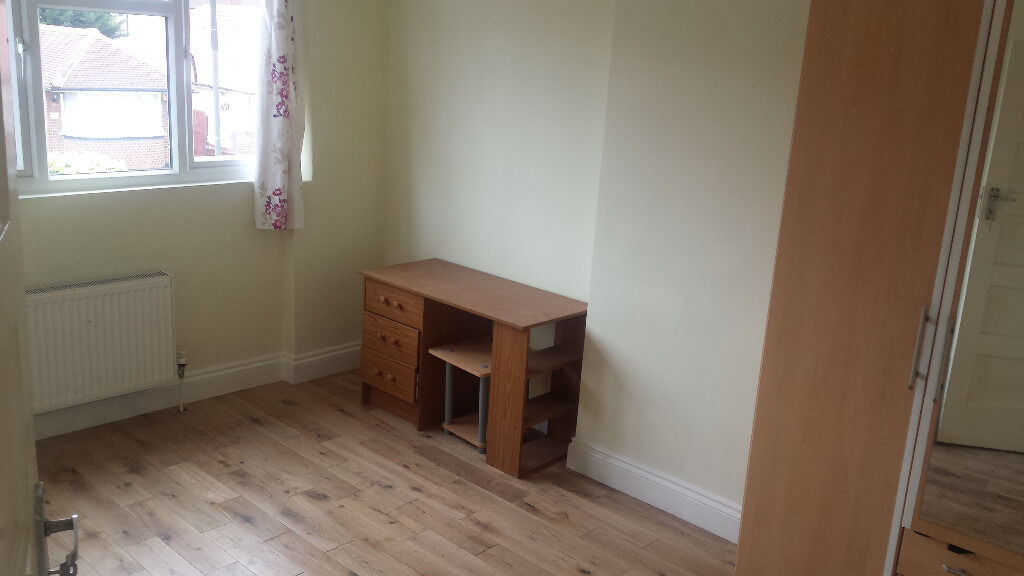 Very Spacious Room WITH ALL BILLS INCLUSIVE Available next to Mitcham Tram stop