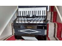Piano Accordion 72 Bass 3-voice new with hard case