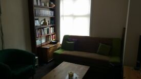 Single big room in NON-SMOKING shared gnd-flr-flat, shared kitchen,bathroom &gardens. NO DSS. £100pw