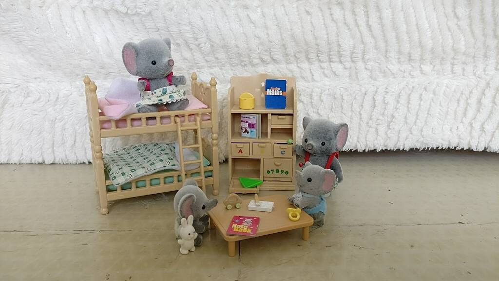 Sylvanian Family bedroom Elephant set. Complete elephant family and slected bedroom furniture.