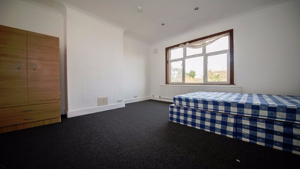 **LARGE DOUBLE ROOM** ALL BILLS INCLUDED! NEWLY REFURBISHED! BRIMSDOWN, WALTHAM CROSS, ENFIELD, EN3!