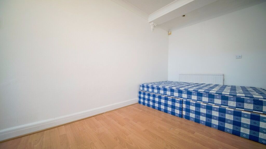 **COSY DOUBLE ROOM TO RENT** FURNISHED!! INC ALL BILLS!! DRIVEWAY PARKING!! BRIMSDOWN, ENFIELD, EN3!