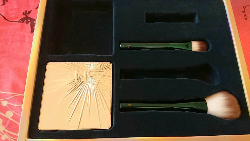 No7 limited edition illuminating eye palette and 2 brushes New