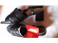 Ladies size 5 NEW sandals (2)