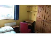 Bright single room in a lovely 3bed house, near the river, 3min to Science Park - Game room, garden
