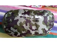 Trespass child's green camouflage sleeping bag, 1-2 season