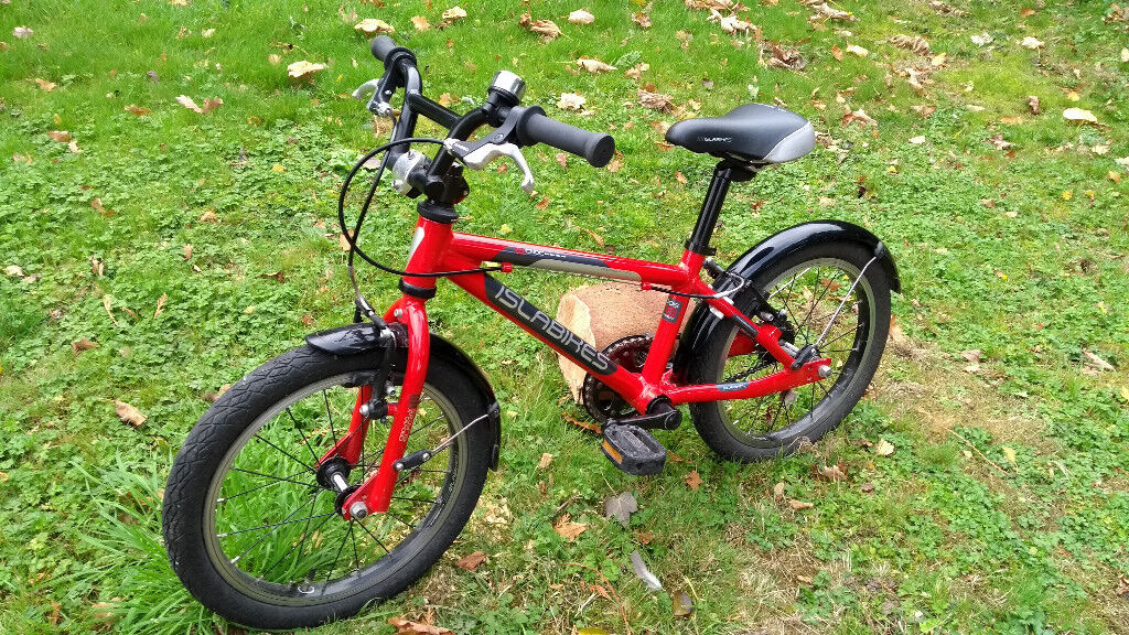 Cnoc 16 Islabike with mudguards, red. Used, excellent condition, suitable for ages 4-6