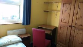Bright and nice single room in a lovely 3bed house with big garden and game room very near the river