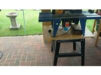 Router table with legs and router including