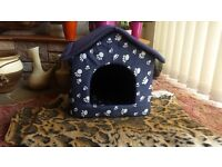 Dog hut / bed for small sized dogs (W48xD50xH44 cm). Can be taken apart by unzipping each part