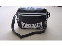 Lonsdale shoulder messenger bag black/white