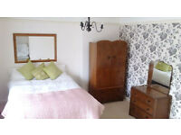 Double room in a cosy, clean, friendly house. Near travel links to Birmingham and Solihull
