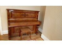 Antique upright piano (1898). Burr walnut and burr walnut veneer. Ivory keys;Iron frame.
