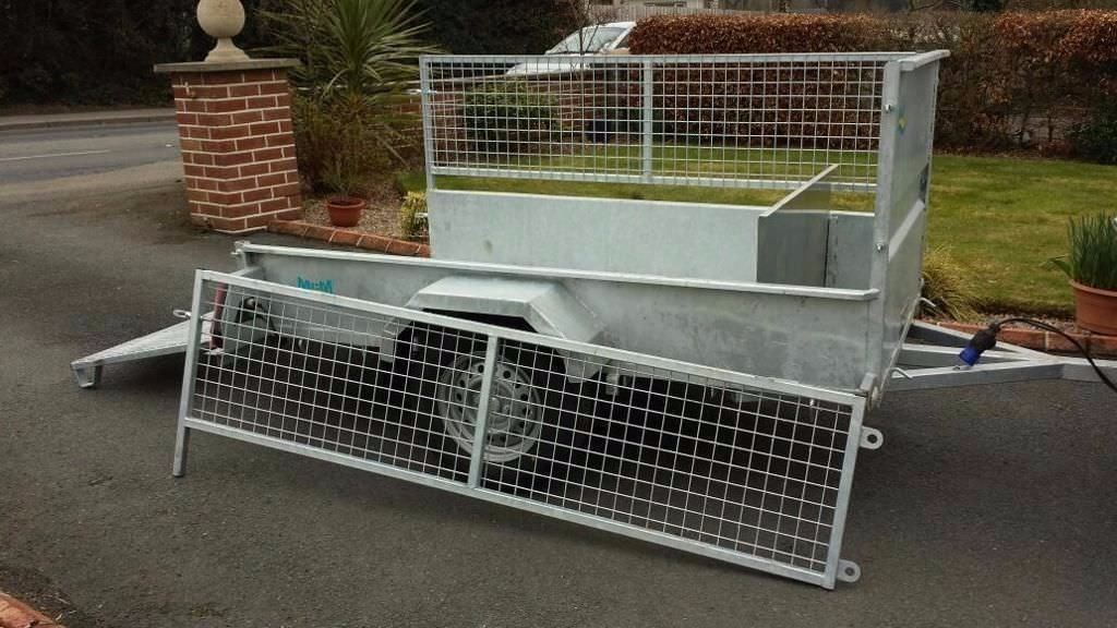 Galvanised car trailer with meshsides