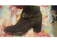 Woman's boots size 7/8