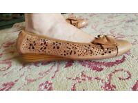 Moda in Pelle Caramel Coloured Leather Small Wedge Shoes Size 7 (40) VGC!