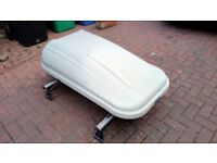 Roof box with roof bars