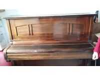 Upright piano free to uplift