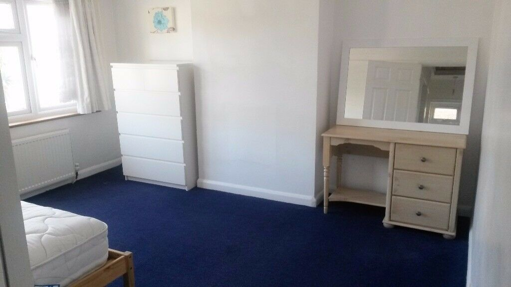 MUST SEE - Clean Double Room in Kingston *near city centre & university*