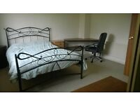 a LARGE room double Bedroom in a quiet detached house outlook Thames River - NON SMOKING