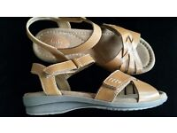 "CLARKS WIDE FIT ""REID LAGUNA"" LEATHER TAN VELCRO Sandals Size 3.5 E RRP £50.00-New With Box"