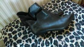 Clark's low heel leather ankle boot size 6 1/2