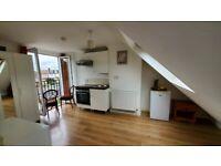 Balcony Loft room inc. kitchenette 2mins from Gants Hill tube