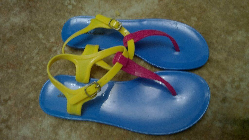 Women's sandals size 5, brand new with tag, blue, pink and yellow toe post
