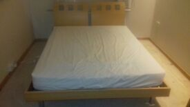 Bed, 2 beside lockers & chest of drawers