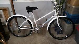 Vélo sport vintage blanc 6 vitesses roues 26po cadre 18po
