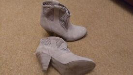 Beige suede boots, size 4