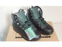Mountaineering boots / winter boots, mens size 8 1/2, unused.