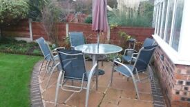 Excellent large round table with 6 chairs, 4 of these recline