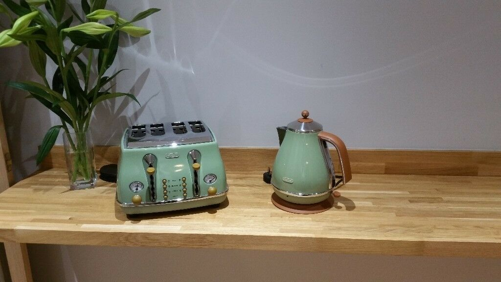 Delonghi vintage kettle and toadter as a set
