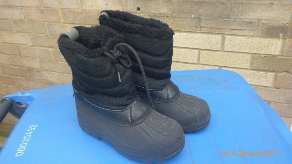 9f17baa3d582 Boys snow boots - size 12