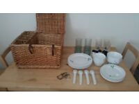 Picnic Hamper with Settings for 4/6