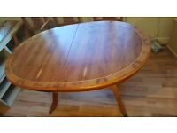 Extending Oval Regal Style Dinning table with 6 matching comfortable chairs